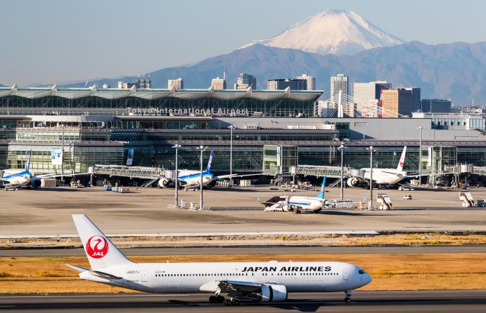 Japan airlines plane crossing the runway of Tokyo International Airport